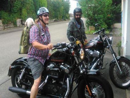 Claudia mit Rucksack auf Harley Davidson