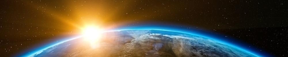 die Erde von außen fotografiert mit Sonnenaufgang